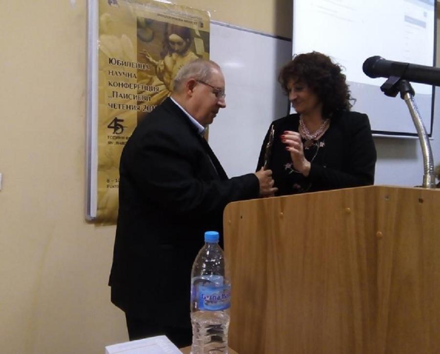 """Доц. Йордан Костурков посвети наградата си на катедра """"Английска филология"""""""