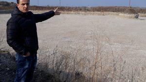 Екологът на община Садово Атанас Иванов показва какви са пораженията на един от терените срещу летището.