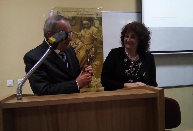 Доц. Владимир Янев получава наградата си