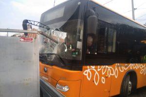 Автобус по линия 77 в столицата се заби в оградата на къща Снимки: Канал 3