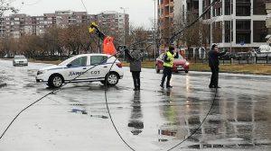 """Падналите жици на кръстовището до магазин """"Форум"""" Снимка: Веселина Божилова"""