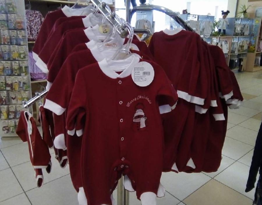 За Коледа може да облечете мъничето в червен гащеризон