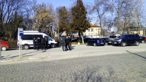 Екипи на жандармерията и полицията са разположени на няколко места във Войводиново