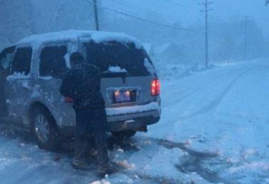 Закъсали с автомобила си се опитват да се измъкнат от снежния капан.