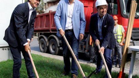 Кметът Иван Тотев и приятелят му Спартак Николов (вдясно) са подложени на натиск в годината на избори.