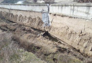 Стената се е счупила вчера, днес е мръднала с метър и всеки момент ще падне. СНИМКИ: ПловдивПрес