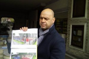 Кметът на Тракия Костадин Димитров показва как ще изглежда детската площадка