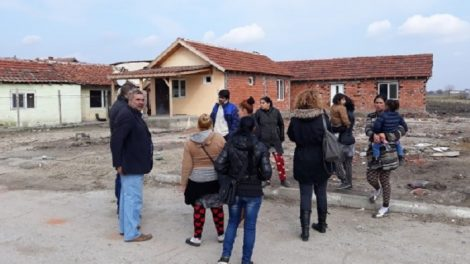 Около 40 души обикалят махалата във Войводиново Снимка: bTV