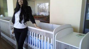 Ани Саравакова показва един от моделите на трасформиращо бебешко легло