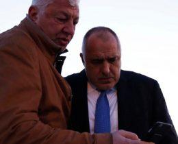 Областният Здравко Димитров докладва на премиера Борисов как върви обезопасяването на дерайлиралия влак.