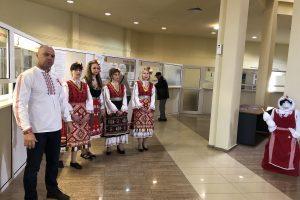 Костадин Димитров като сервитьор в механа