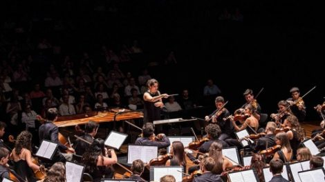 Деляна Лазарова на диригентския пулт
