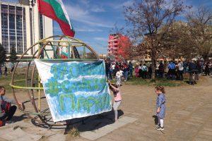 """Хората бранят парка зад """"Санкт Петербург"""" с протести."""