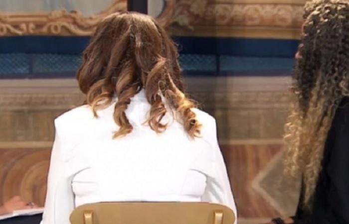 Стефания не показва лицето си, крие се зад очила или я снимат в гръб.