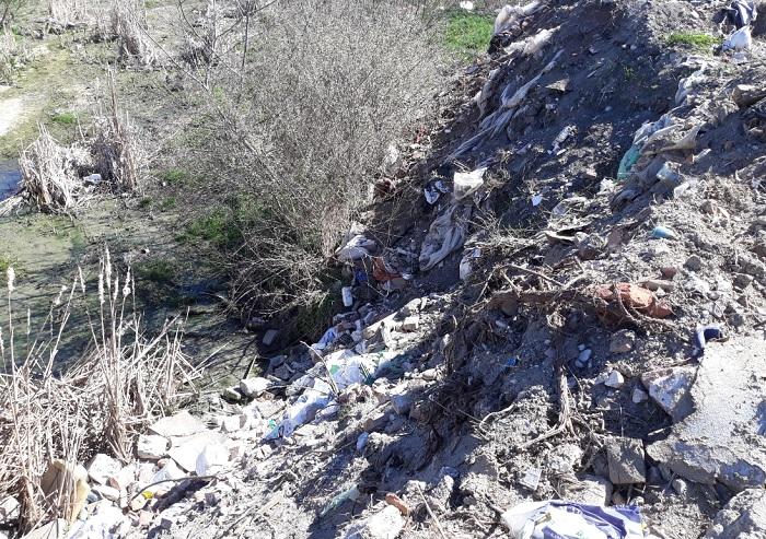 Пръст, битови и строителни отпадъци са пръснати край брега на река Марица до Стамболийски.