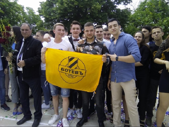 Младежи от 12 В клас в Английската гимназия в Пловдив стискат палци за Ботев довечера novini-plovdiv-press