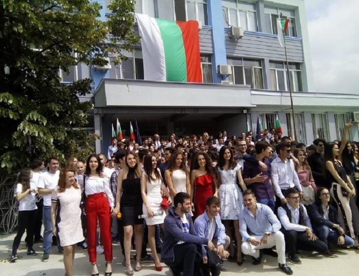 Английската гимназия в Пловдив изпрати зрелостниците с тържесттвена церемония novini-plovdiv-press