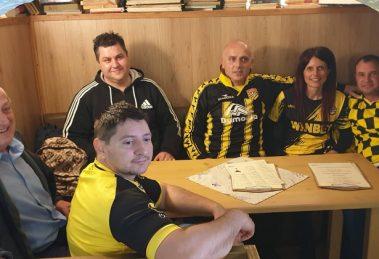 Илия (по средата) с приятелите, кумовете и баща си. Пристигнаха от Лондон и се изстреляха към стадиона.