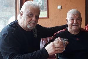 Запрян Дачев и друга легенда в местното самоуправление в Пловдив - Тодор Атанасов - Войводата вдигат наздравица.