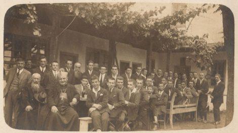 Епископ Анджело Ронкали сред ученици от Френския мъжки колеж в село Калъчлии (Генерал Николаево, днес квартал на град Раковски)