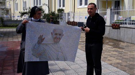 Сестра Елка и отец Ивелин показват лика на папа Франциск, изработен от 1000 детски рисунки с послание за мир.