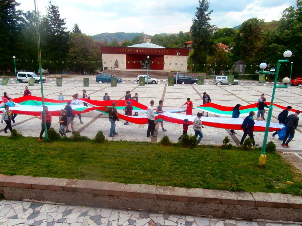 Признателни перущенци понесоха знамето в памет на Боян Петров.