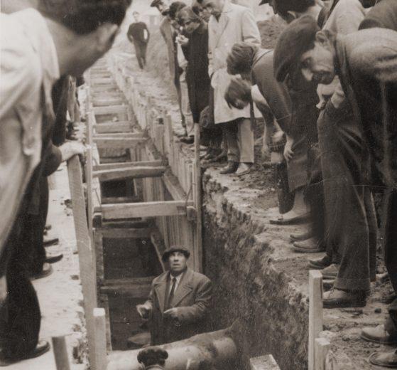 Археологът Димитър Цончев обяснява от дъното на изкопа какво е намерил, 1961 г.