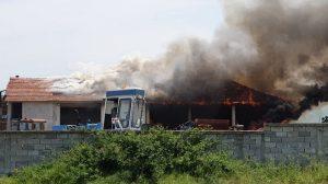 Огънят в сградата се разгаря Снимки: Plovdi-Press.bg