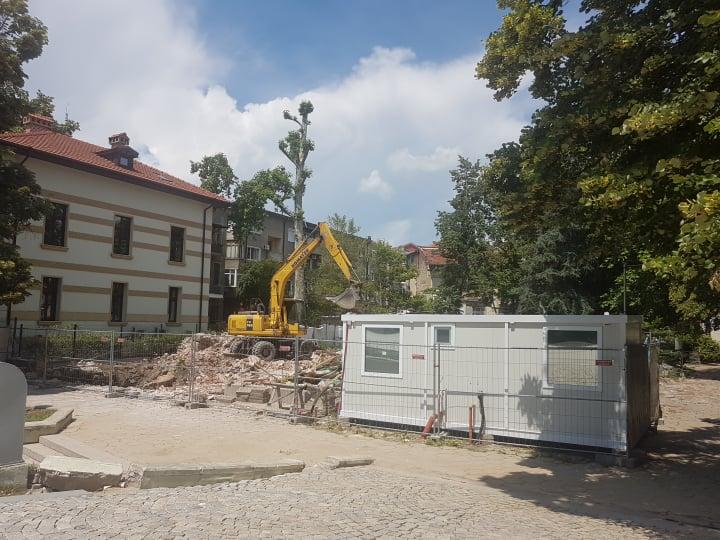 Багер срути фасадата на 5 юни 2019 г.