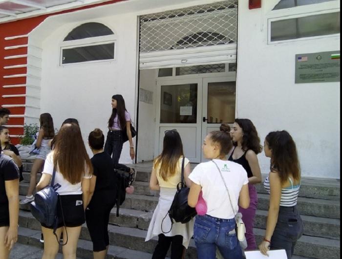 """Седмокласници в """"ОУ """"Душо Хаджидеков"""" обсъждаха изпита в двора на училището novini-plovdiv-press"""