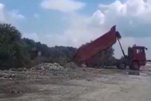 """Камионът се """"надупи"""" и изсипа товара на брега на Марица."""