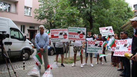 Емил Георгиев поведе шествието и тупна торбите с прах пред вратата на посолството на Швейцария.
