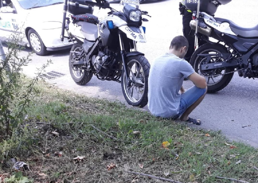 Младежът не можеше да стои прав и поседна на тротоара.