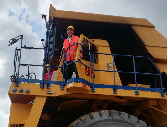 Христо Стоичков подкара камион, за да рекламира книгата си.