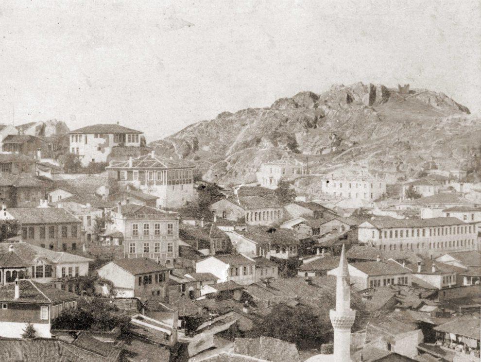 """Сахат тепе (вдясно) било известно в началото на ХХ в. като Юнашки хълм. През 1905 г. официално е именувано Данов хълм във връзка с юбилея на възрожденския книгоиздател Христо Г. Данов. През 50-те години на миналия век тепето е наречено Хълм """"Васил Коларов""""."""