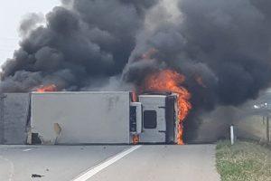 Камионът изгоря напълно. Кадри: ФБ