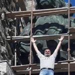 Жорж Трак пред реставрирания лъв. Кадри: ФБ