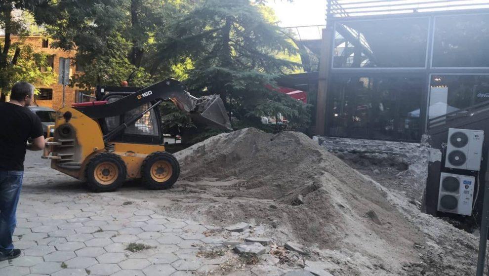 Багерите вече са разкопали района, а от прахоляк на моменти не се диша.