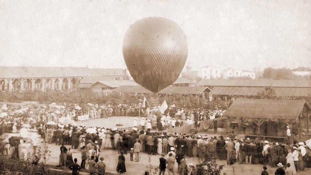 """Първия полет в българското небе - балонът на френския въздухоплавател Еужен Годар излита през август 1892 г. с пловдивчанина Никола Генадиев. Полетът започва от градчето на Първото българско изложение (днешната градина """"Цар Симеон"""")."""