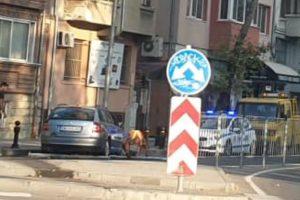 """Шкодата е """"паркирана"""" в насрещното, полиция регулира движението."""