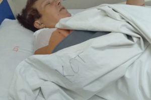 Красимира Вътева в болницата след операцията на счупената ръка.