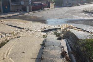Улиците в Куклен станаха буйни реки, а чешмите са сухи.