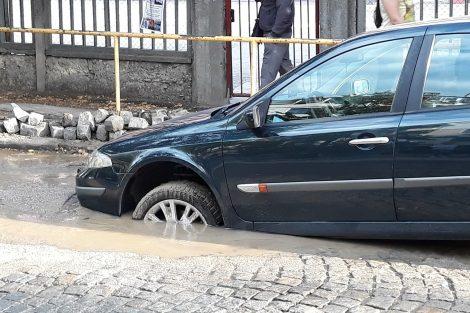 Ямата, оставена от ВиК е необезопасена и глътна колата. Кадри: ПловдивПрес