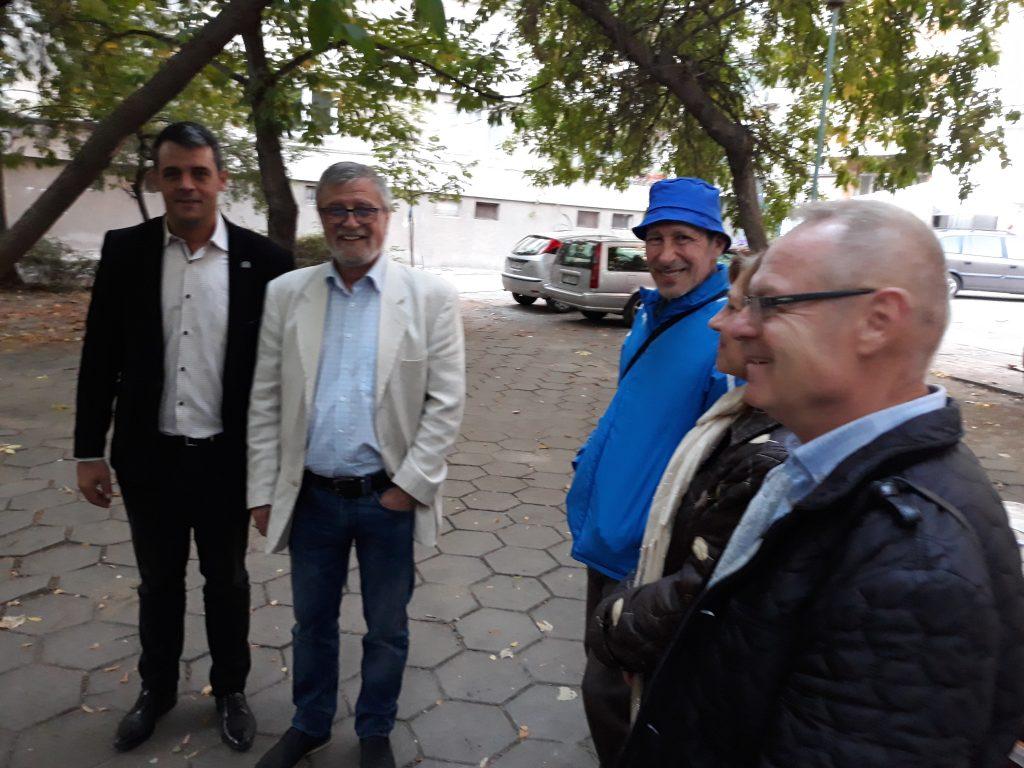 Георги Стаменов и кандидатът за съветник с бюлетина 43 Красимир Тодоров на среща с жители в район Централен.