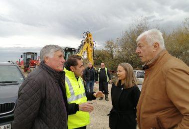 При изненадващата проверка кметът и областният управител бяха посрещнати от шефовете на строителите