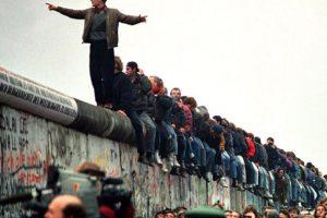 Берлинската стена пада