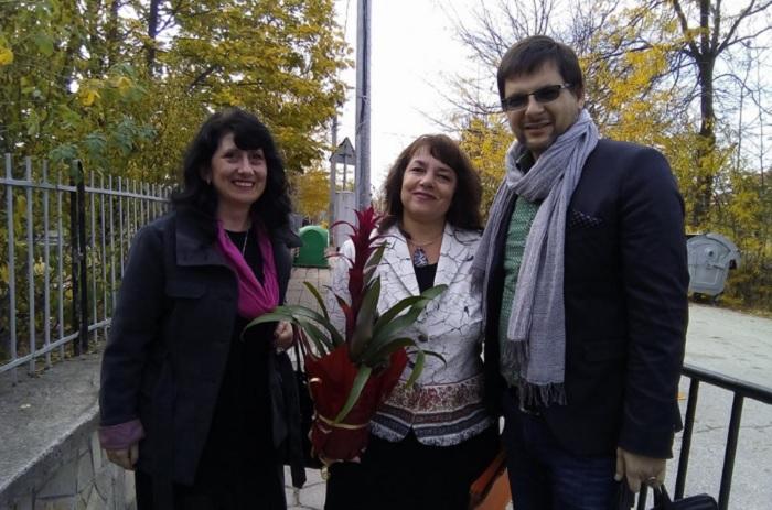 Директорката на училището Даниела Петкова (в средата) посрещаше гостите novini-plovdiv-press