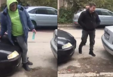 Докато работникът стои пред частния имот, тъмен автомобил го притиска с предната броня и буквално го избутва.
