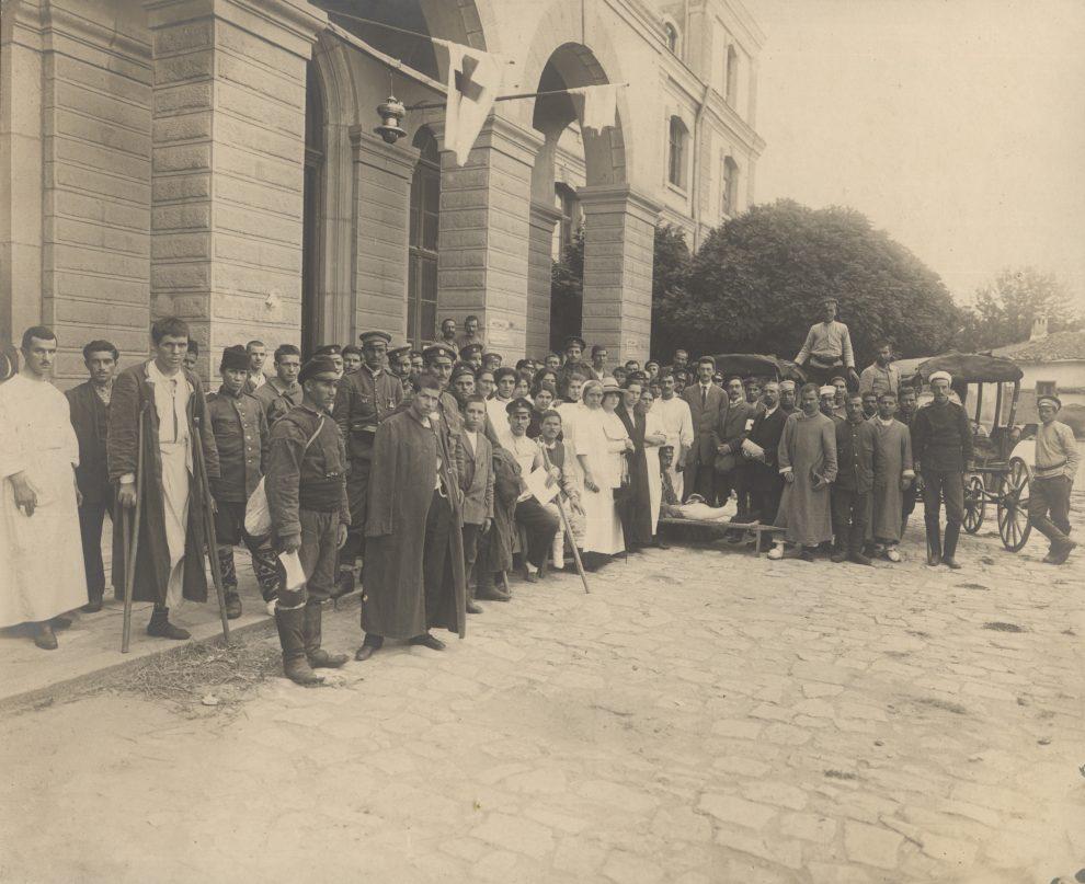 """Държавната мъжка гимназия """"Княз Александър"""" през 1912 г. става военна болница."""