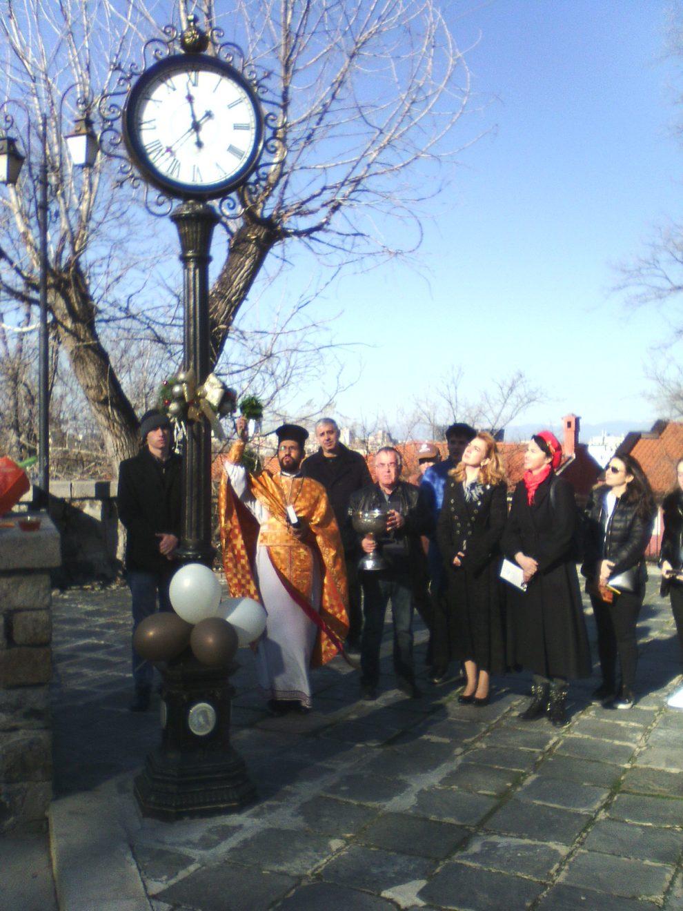 """Отец Николай освети часовника в двора на """"Св. Богородица""""."""